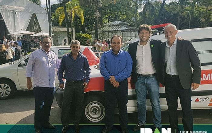 Prefeito de Cascalho Rico, Dario Borges, recebendo um Toyota Etios