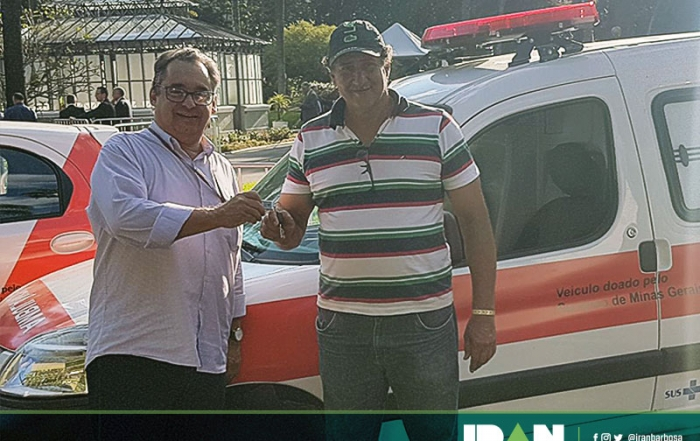 Representante do município de Centralina, Luiz Henrique Fernandes, recebendo uma ambulância