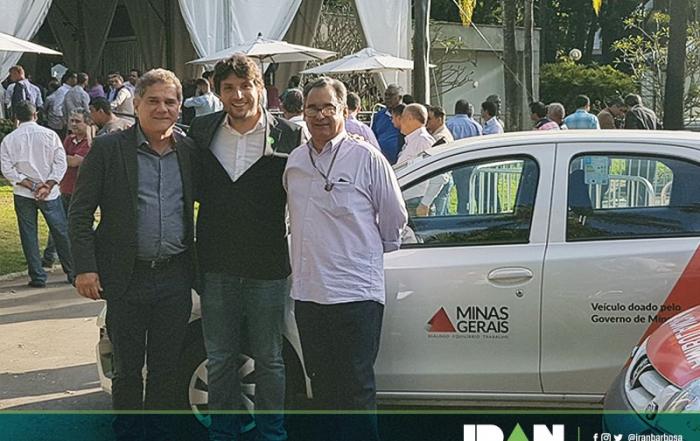 Prefeito de Espinosa, Milton Barbosa, recebendo um Toyota Etios